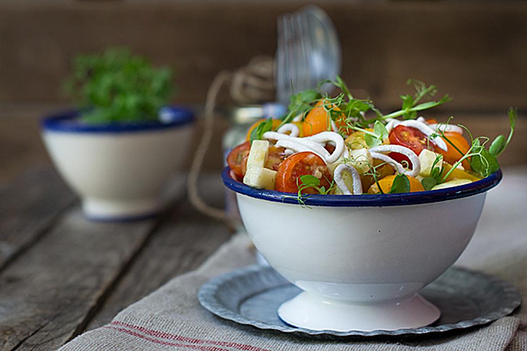 Ensalada de gulas con tomates
