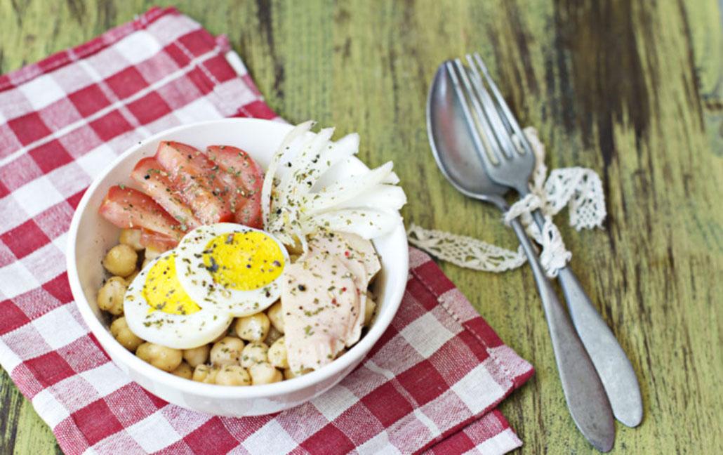 Ensalada de bonito del norte, garbanzos y huevo duro