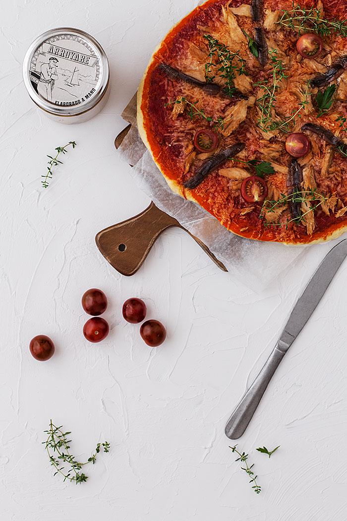 Pizza casera de anchoas y atún